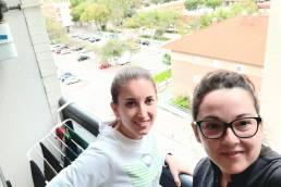 Virgina (nutrición) y Rosa (cocina) nos saludan desde su apartamento