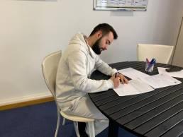 Juan Antonio Fernández, auxiliar, firma su contrato indefinido