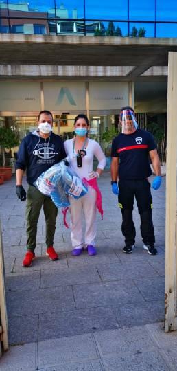 Jorge, responsable de medicina hiperbárica y Eli, supervisora de auxiliares, reciben al representante de los bomberos