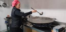 La cocinera Rosa Gálvez prepara un arroz negro